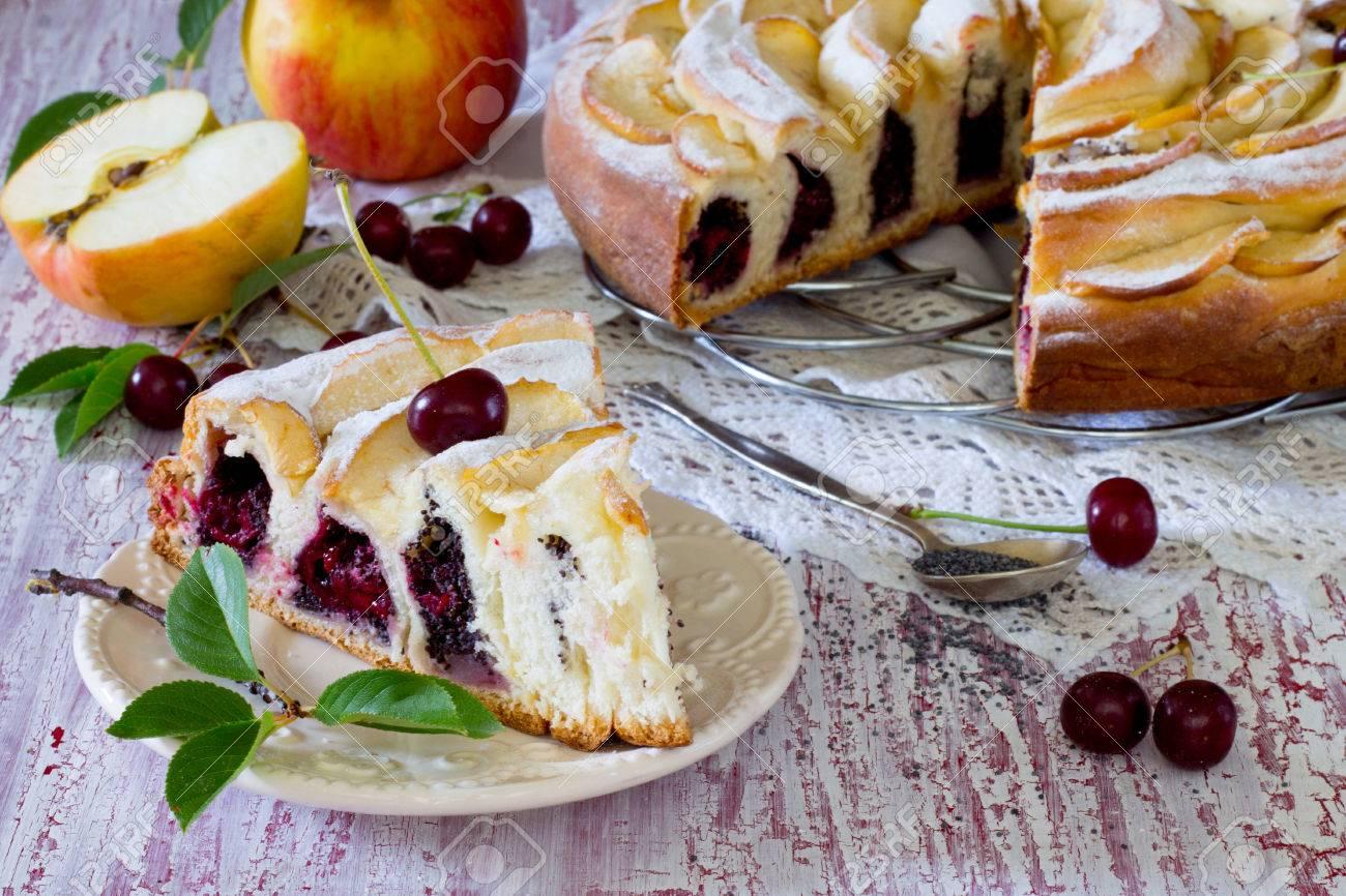 Susser Kuchen Mit Mohn Und Kirschen Gefullte Hefeteig Lizenzfreie