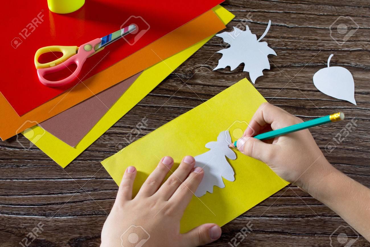 Herbst Farbige Papierblatter Auf Dem Holzernen Hintergrund Das Kind