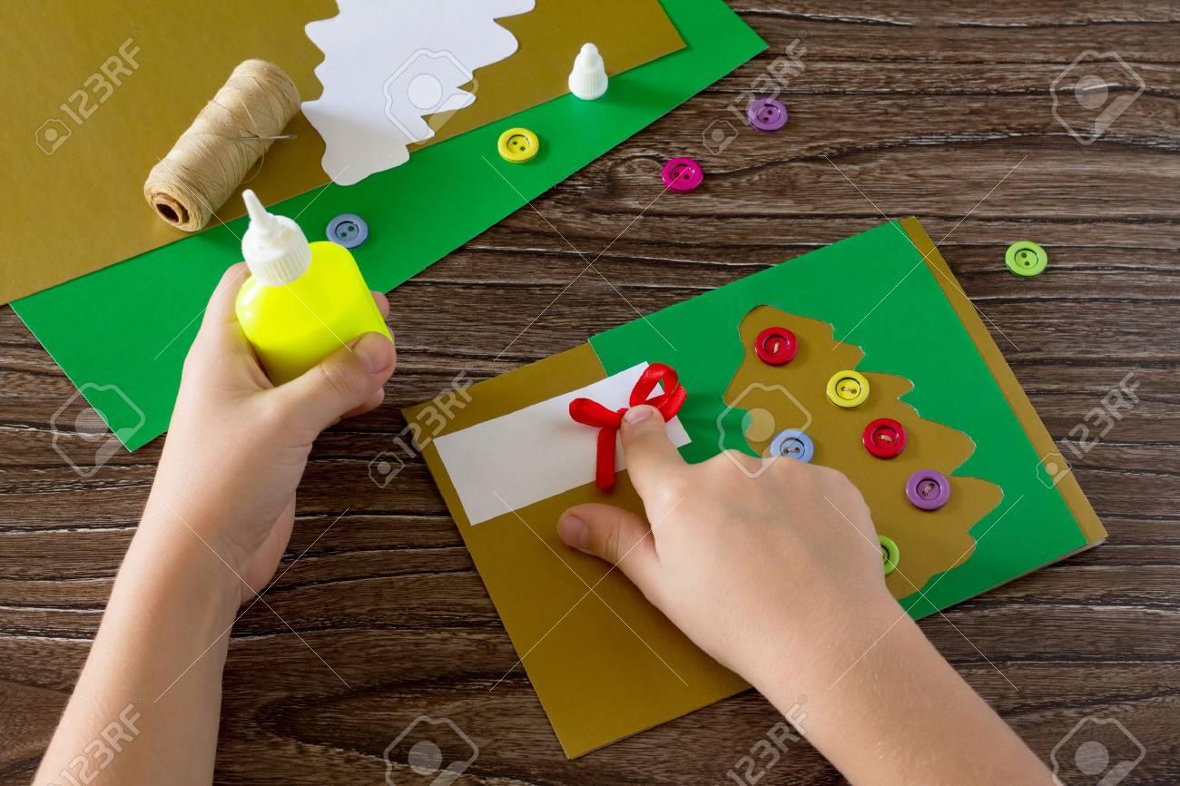 Das Kind Weihnachtsgrußkarten Papier Festlich Erstellen. Kind Kleben ...