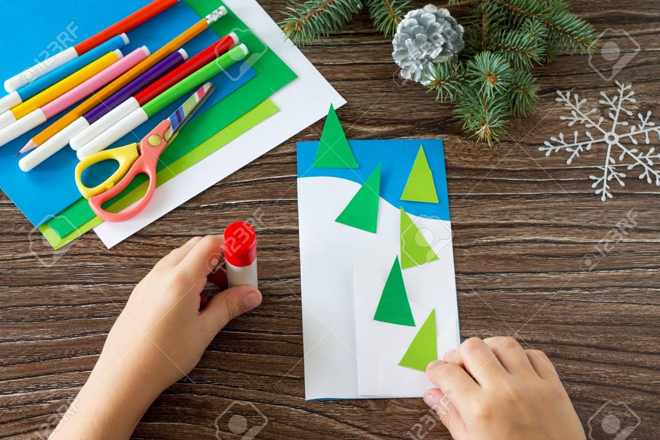 Das Kind Klebt Die Teile Bei Der Herstellung Von Weihnachtskarten ...