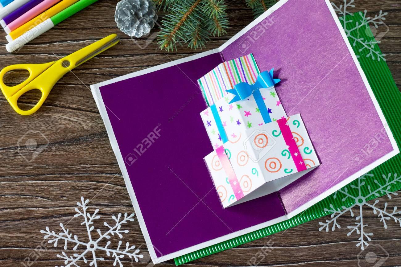 Ein Kind Macht Eine Geburtstagskarte Mit Weihnachtsgeschenken