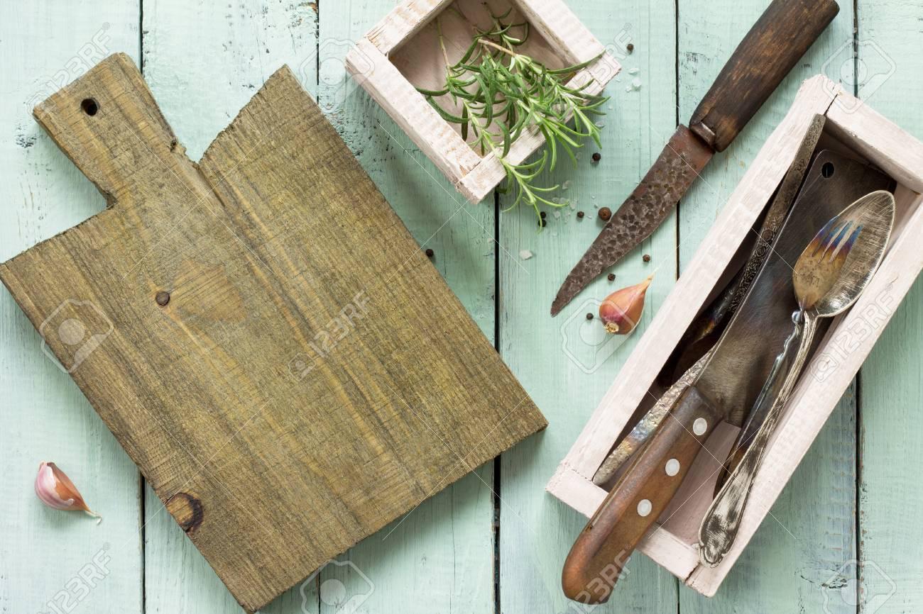 Sfondo Culinario Tagliere, Aglio E Rosmarino Su Un Tavolo Da Cucina ...
