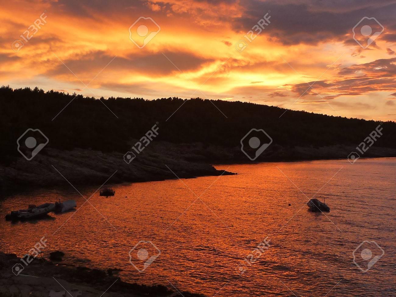 Hvar baia al tramonto con incredibili colori rosso Archivio Fotografico - 31083149