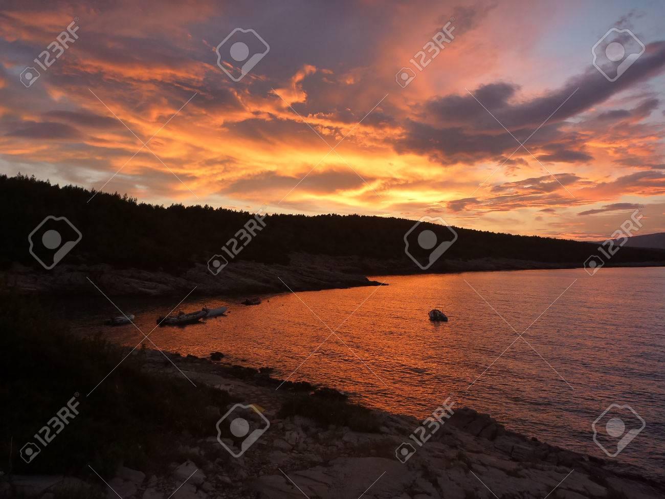 Hvar baia al tramonto con incredibili colori rosso e arancio Archivio Fotografico - 31085349
