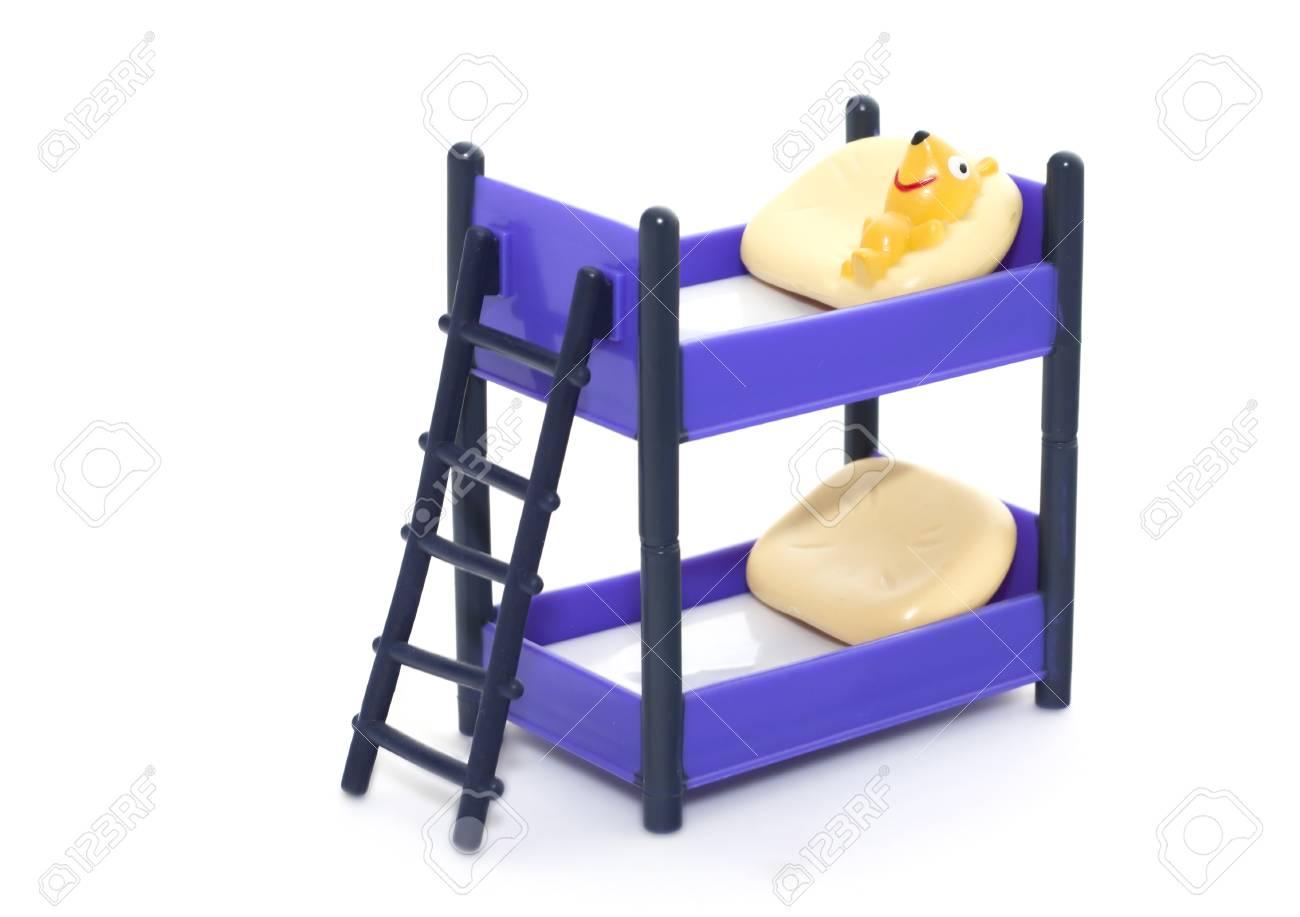 Etagenbett Puppe : Puppe etagenbett mit treppen und kissen auf weißem hintergrund