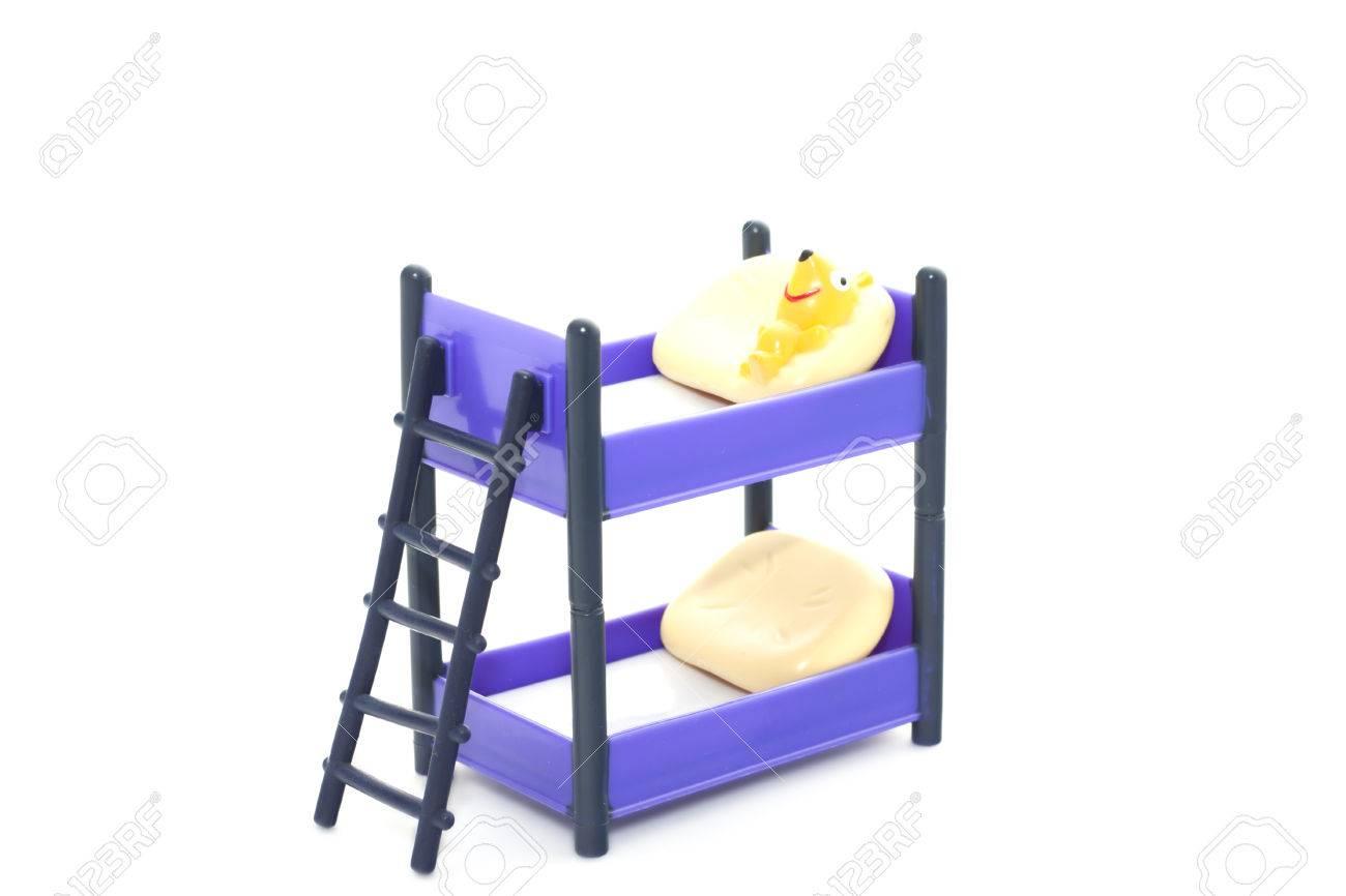 Etagenbett Puppe : Puppe etagenbett mit treppe und kissen auf einem weißen hintergrund