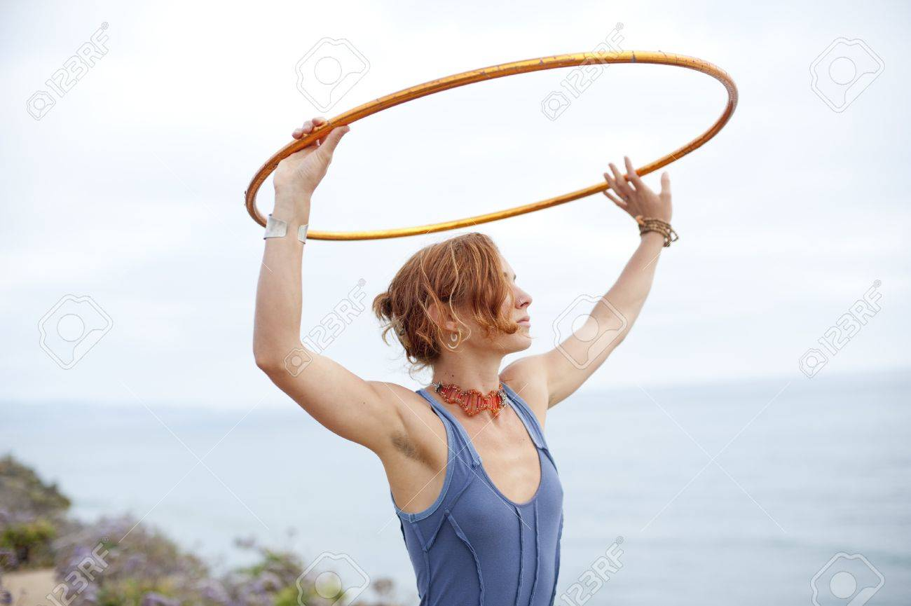 Woman with hoop and the sea and the sky. - 7351744