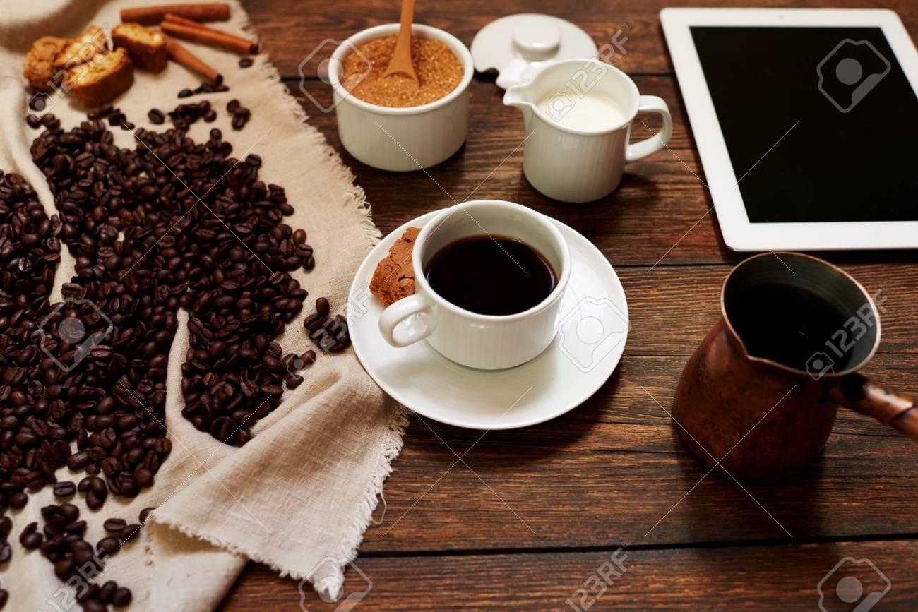 Sur la table dans le bureau dans une tasse blanche de café noir
