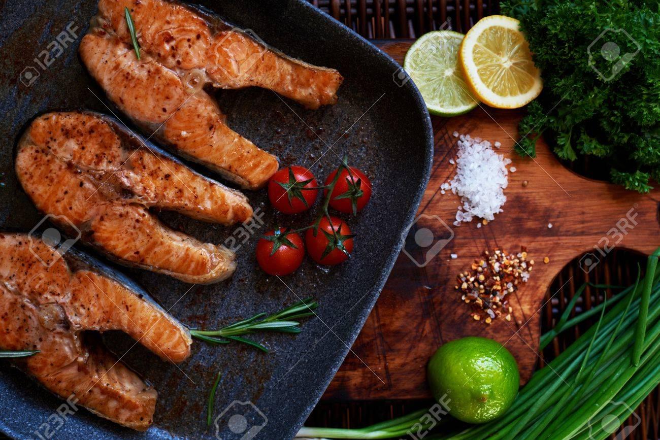Frau Wartet Auf Die Gäste Zum Abendessen Lachs Steaks Kochen Sind