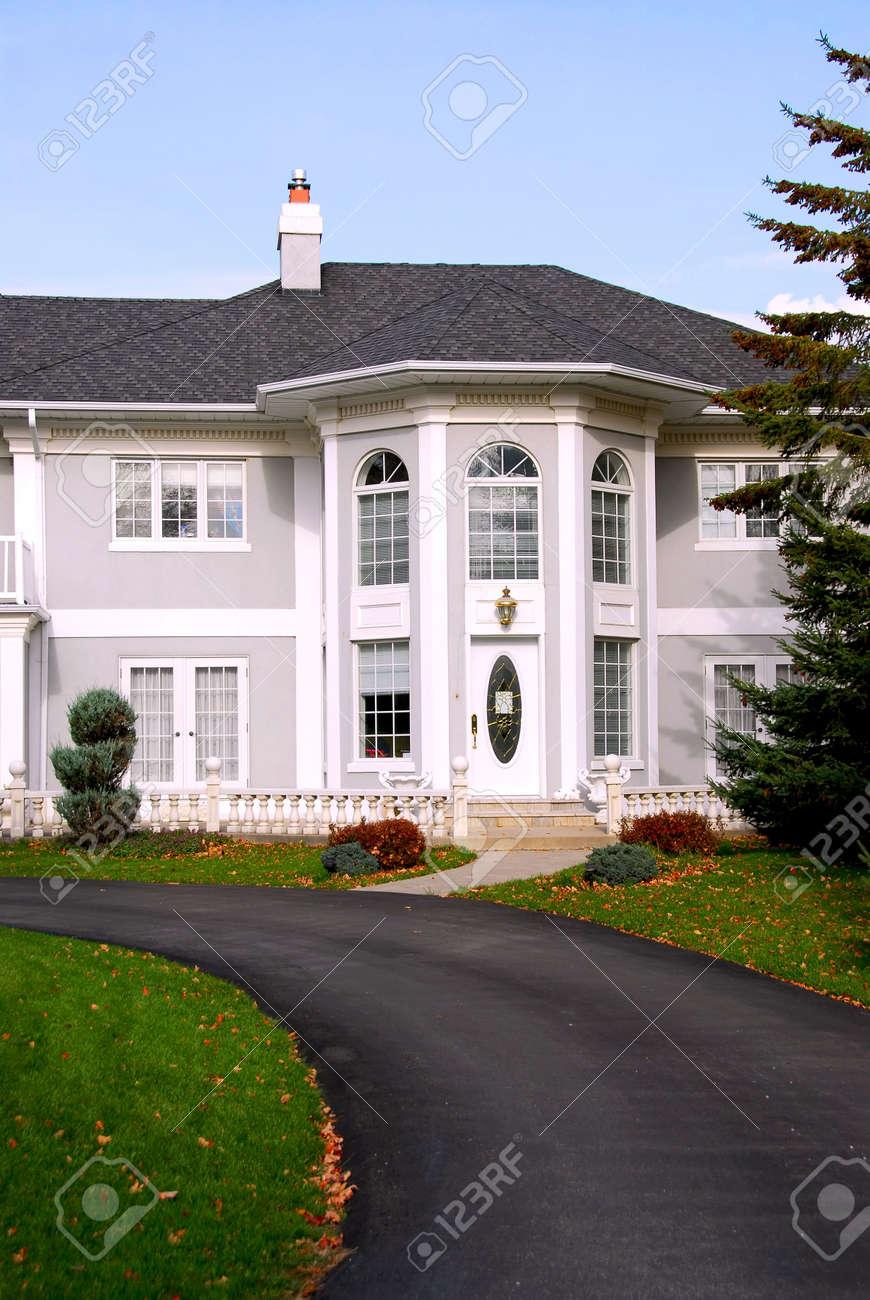 Belle Maison De Maitre En Gris Et En Couleur Blanche