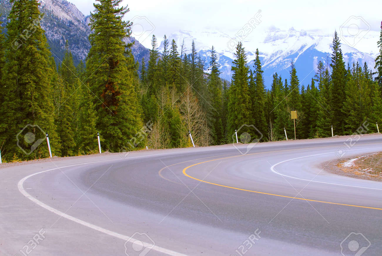 Turn of an empty mountain road in winter Stock Photo - 955025