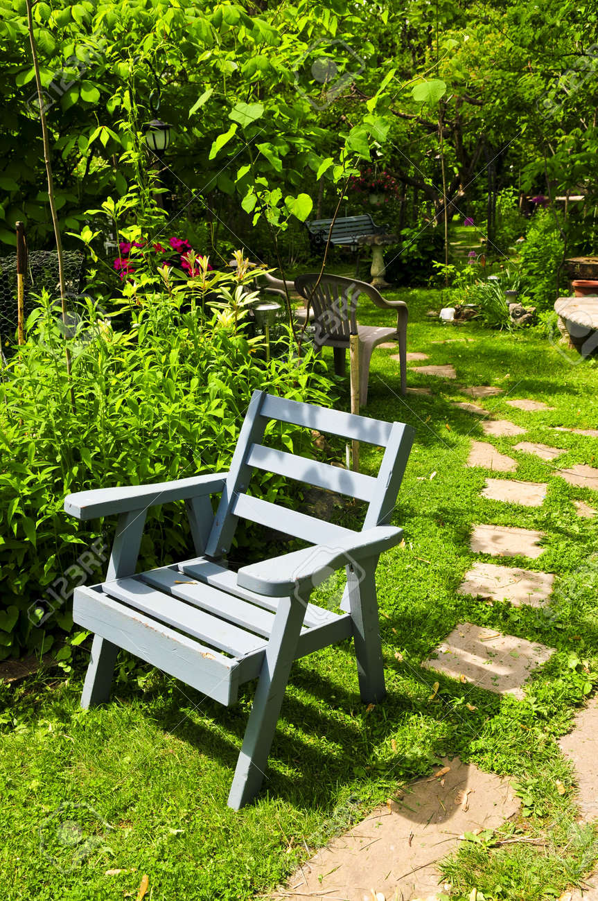 Path of stepping stones leading into lush green garden Stock Photo - 3227509