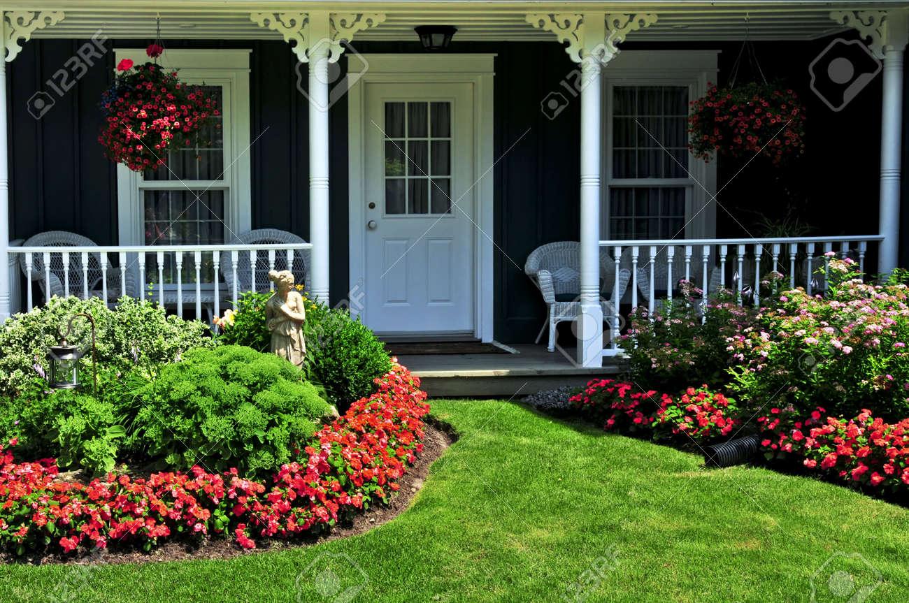 l'aménagement paysager devant la cour d'une maison de fleurs et de
