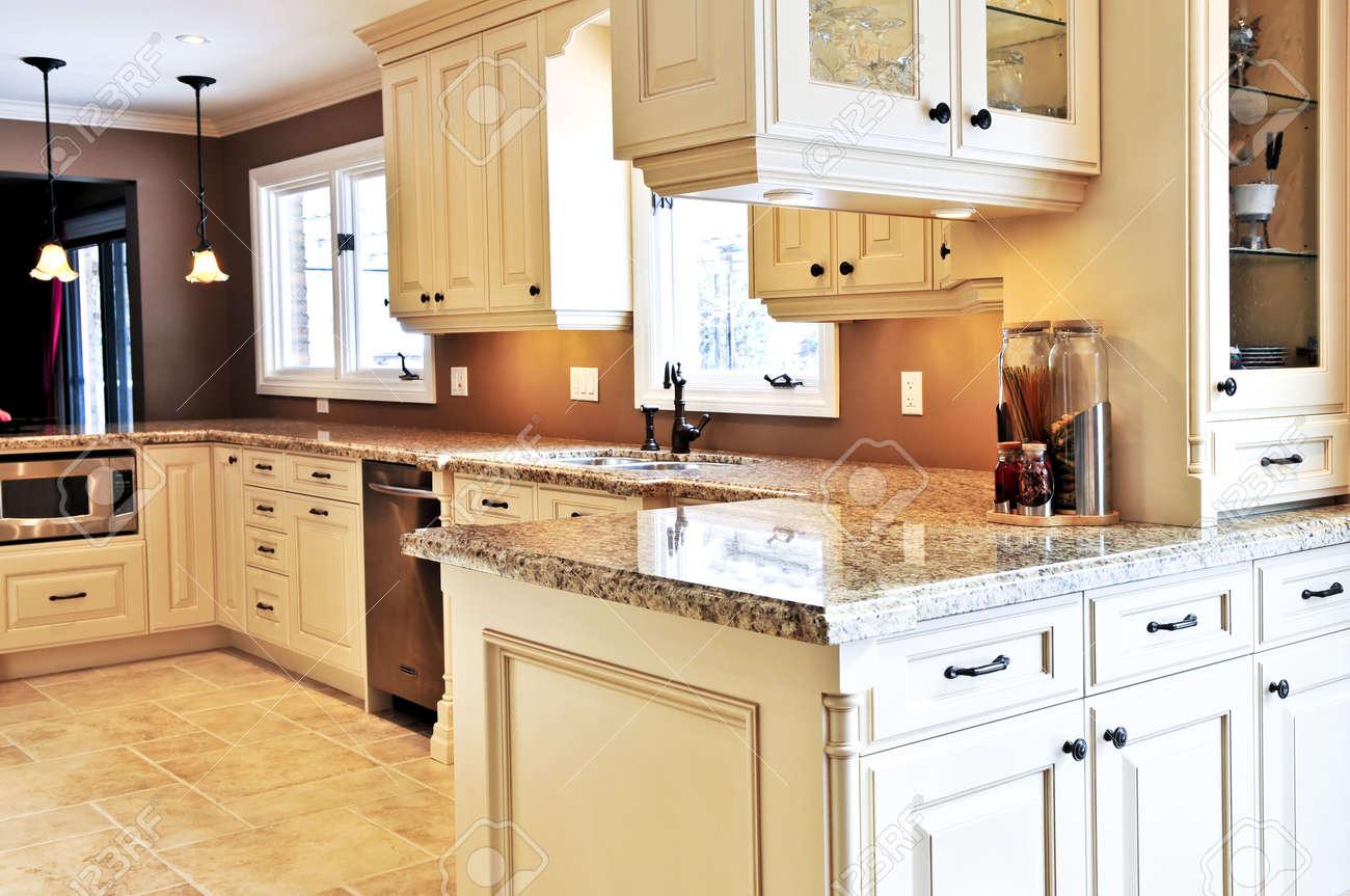 Das Innere Der Modernen Luxus-Küche Mit Granit Arbeitsplatte ...