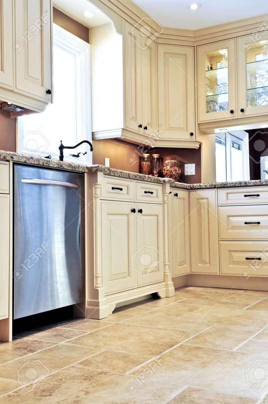 Moderne Luxe Keuken Met Keramische Tegels Vloer Royalty-Vrije Foto ...