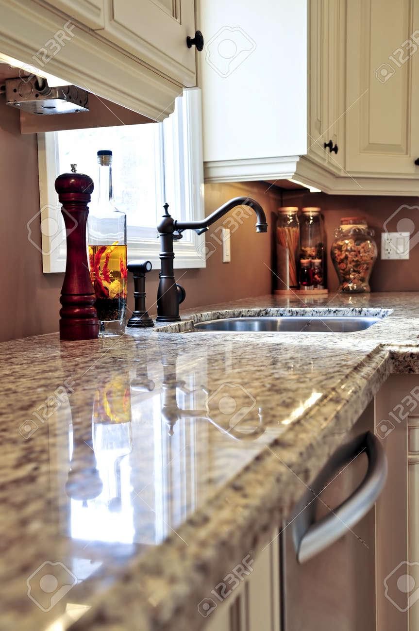 Cuisine moderne de luxe intérieur avec comptoir en granit banque d ...