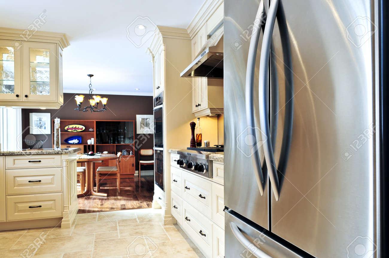 Interieur Van Moderne Luxe Keuken Met Roestvrijstalen Apparaten ...