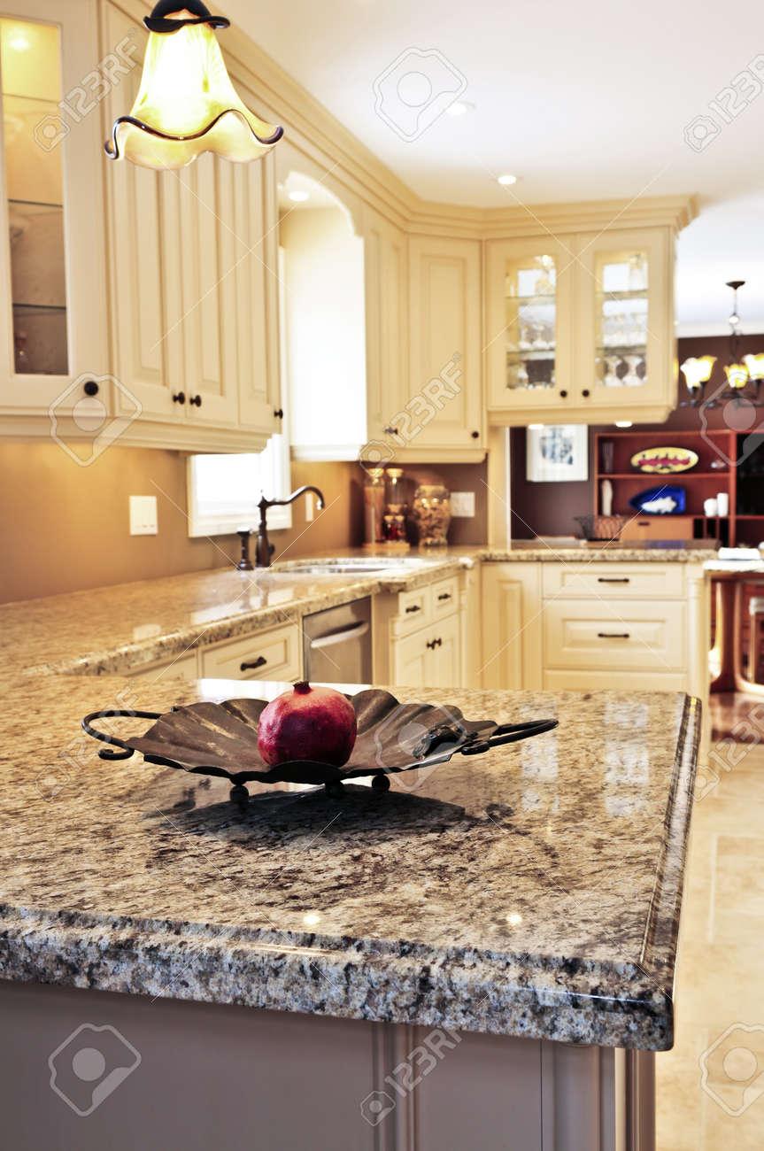 Fabulous Küche Granit Arbeitsplatte Ideas Of Das Innere Der Modernen -küche Mit Standard-bild