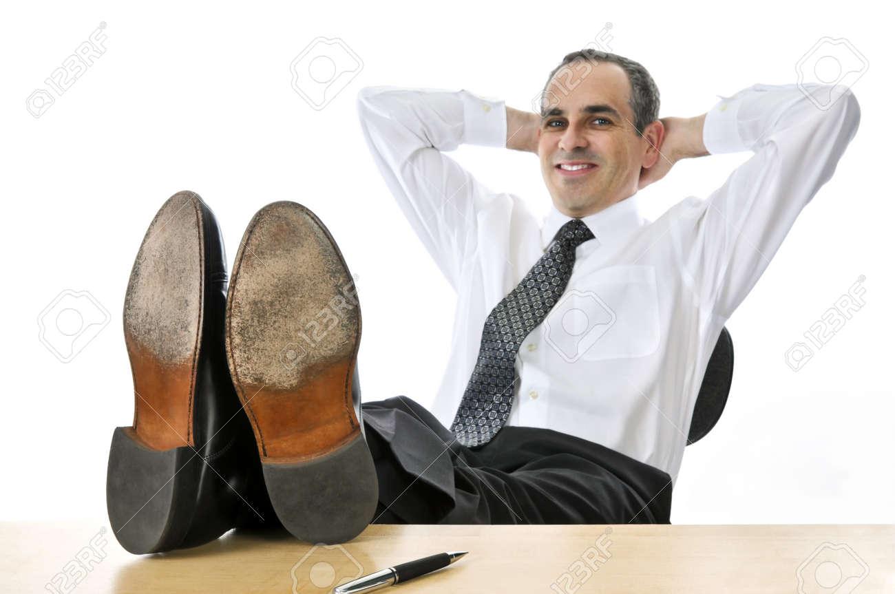 Homme d affaires de détente avec les pieds sur son bureau banque d