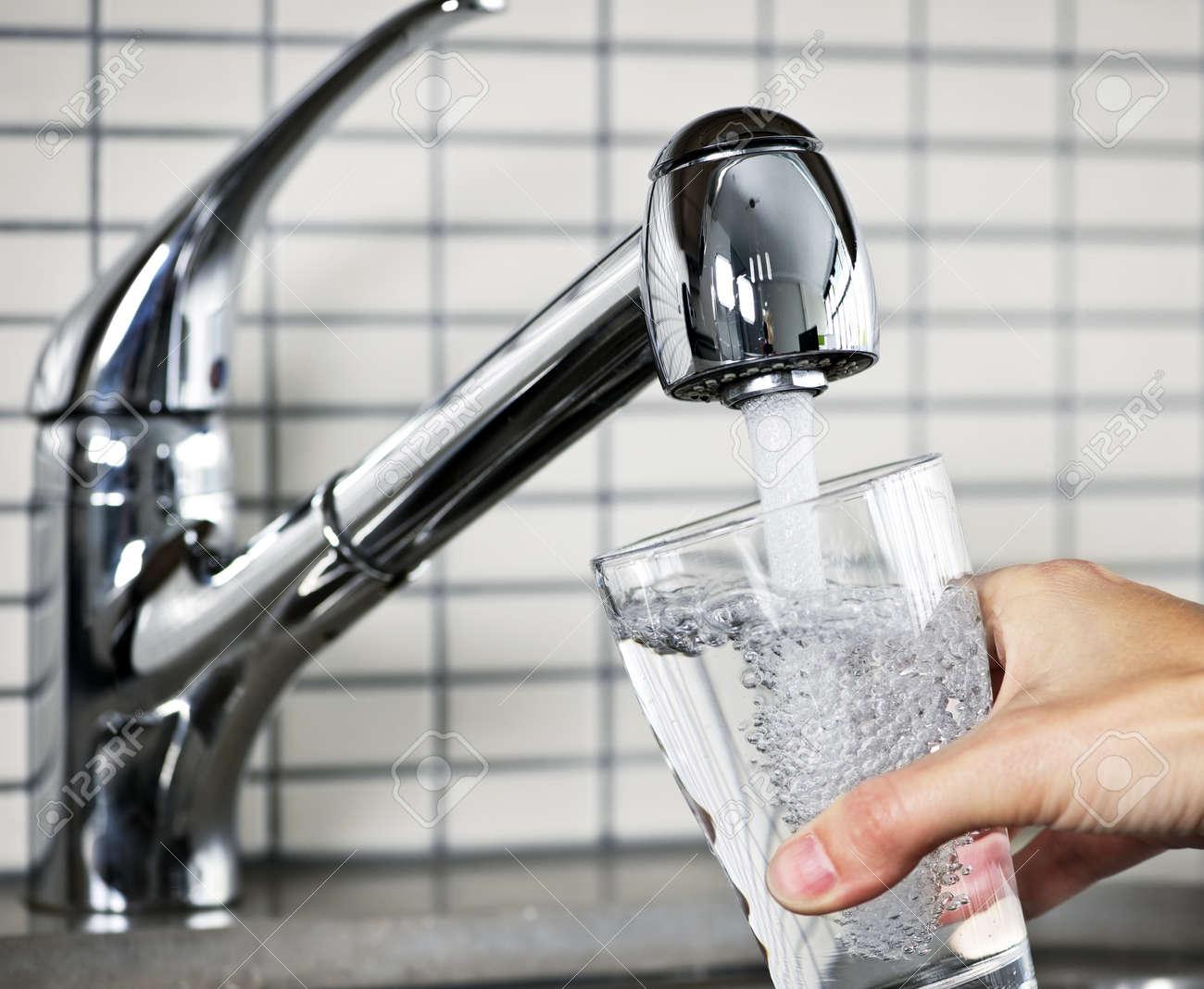 Vullen glas water uit roestvrij staal keuken kraan royalty vrije ...