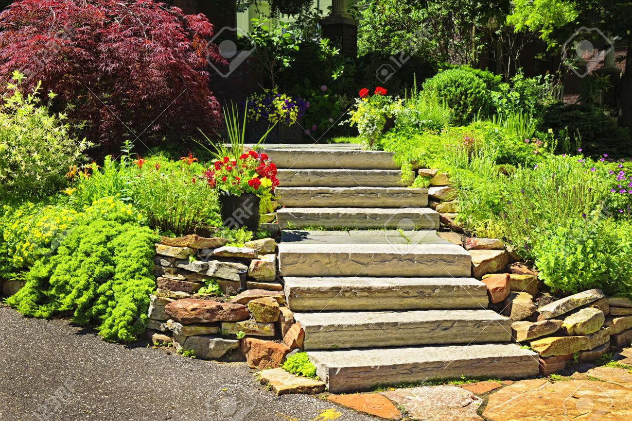 pierre naturelle amnagement paysager en jardin avec escalier banque dimages 7608408 - Amenagement Jardin Avec Pierres