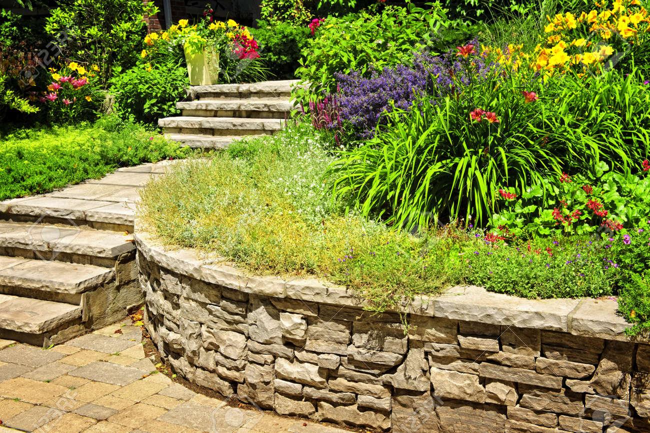 Pierre Naturelle, Aménagement Paysager En Jardin Avec Des Escaliers ...