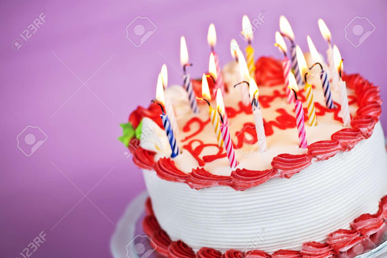 Gâteau Danniversaire Avec Bougies Allumées Sur Une Plaque Sur Fond Rose