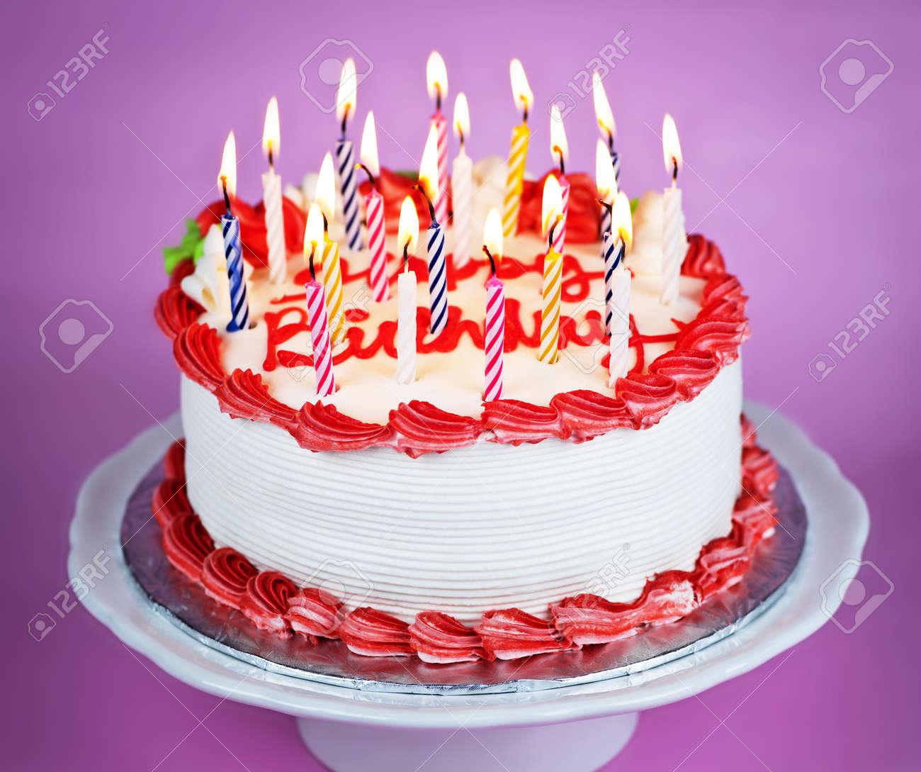 Gâteau D Anniversaire Avec Des Bougies Allumées Sur Une Plaque Sur Fond Rose