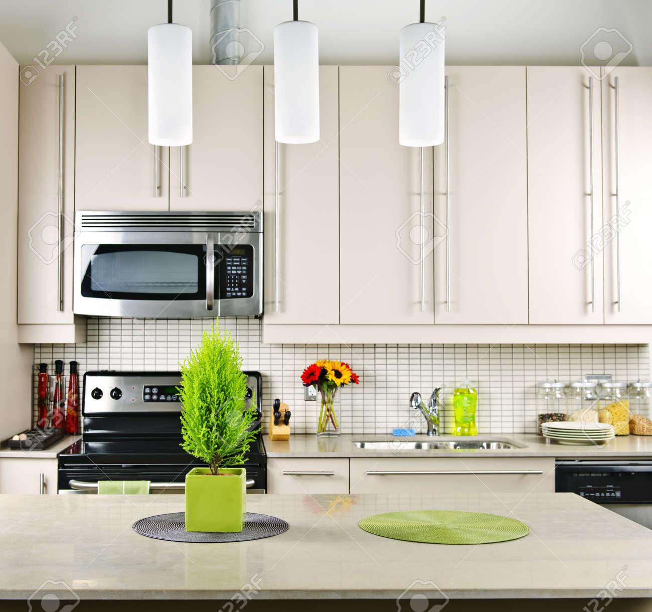 interior de cocina moderna con encimera de piedra natural foto de archivo