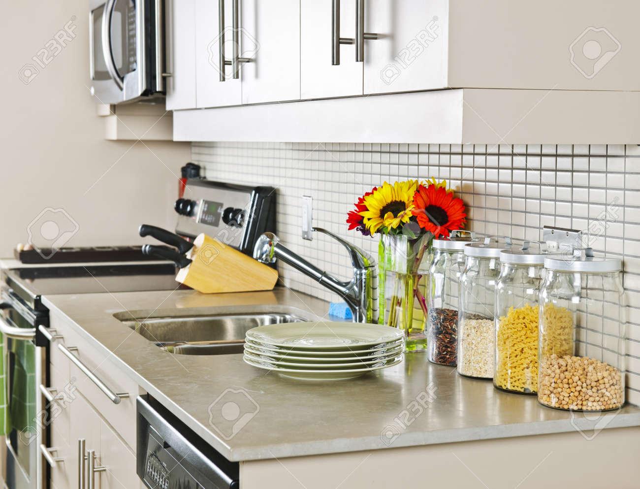 Moderne Kleine Küche Interieur Mit Natürlichen Stein-Arbeitsplatte ...