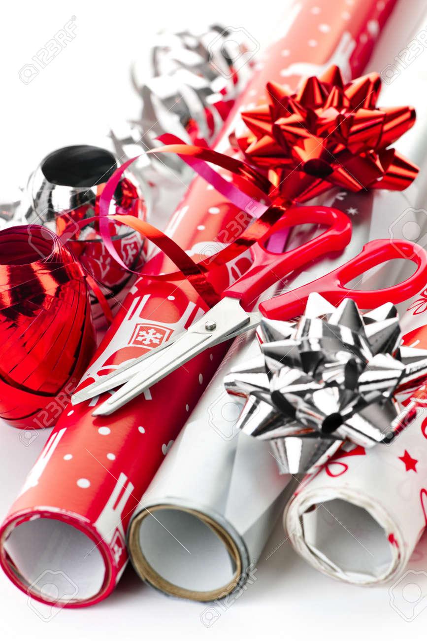 Rollen Von Weihnachten Geschenkpapier Mit Bändern, Bögen Und Schere ...