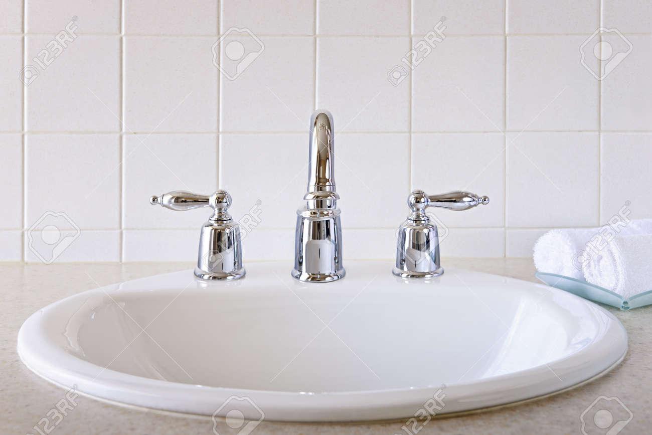 archivio fotografico interno del bagno con lavandino bianco e rubinetto