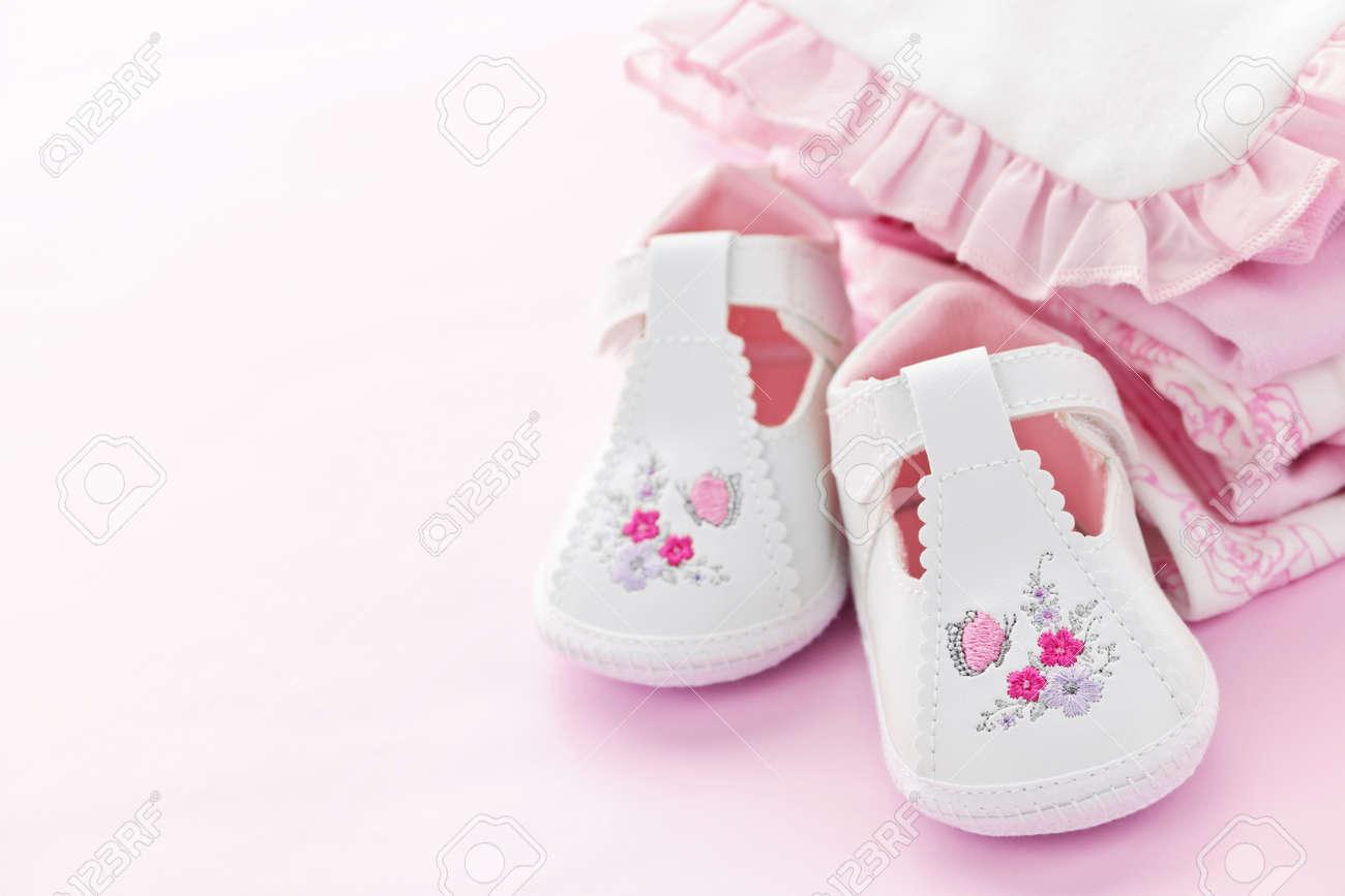 e6289c4df Foto de archivo - Niña pequeña ropa y zapatos para bebé ducha sobre fondo  Rosa