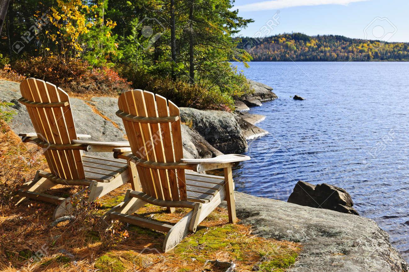 Sillas Adirondack A Orillas Del Lago De Dos Ríos, Ontario, Canadá ...