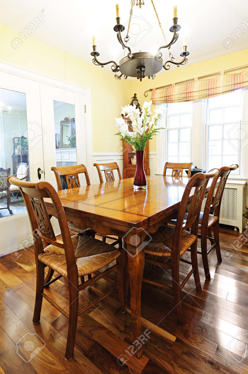 Comedor Interior Con Antigua Mesa De Madera Y Sillas En Casa Fotos ...