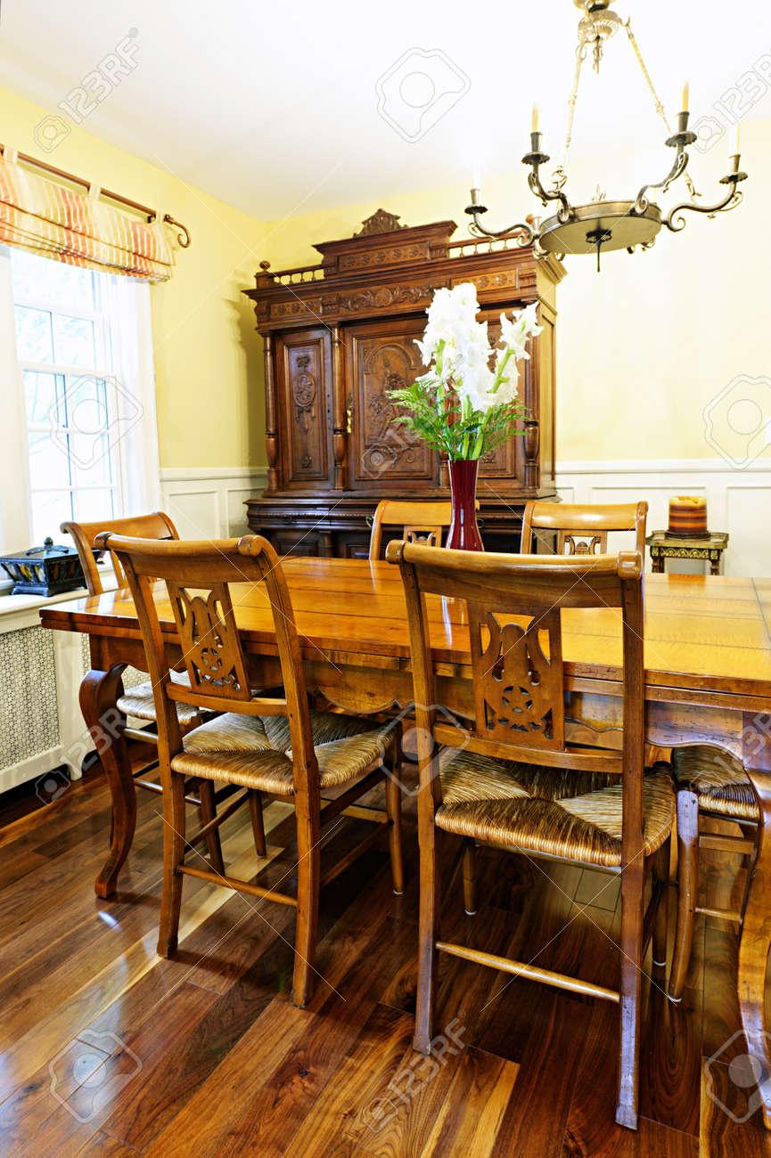 Comedor Interior De La Habitación Con Una Mesa Antigua De Madera Y ...