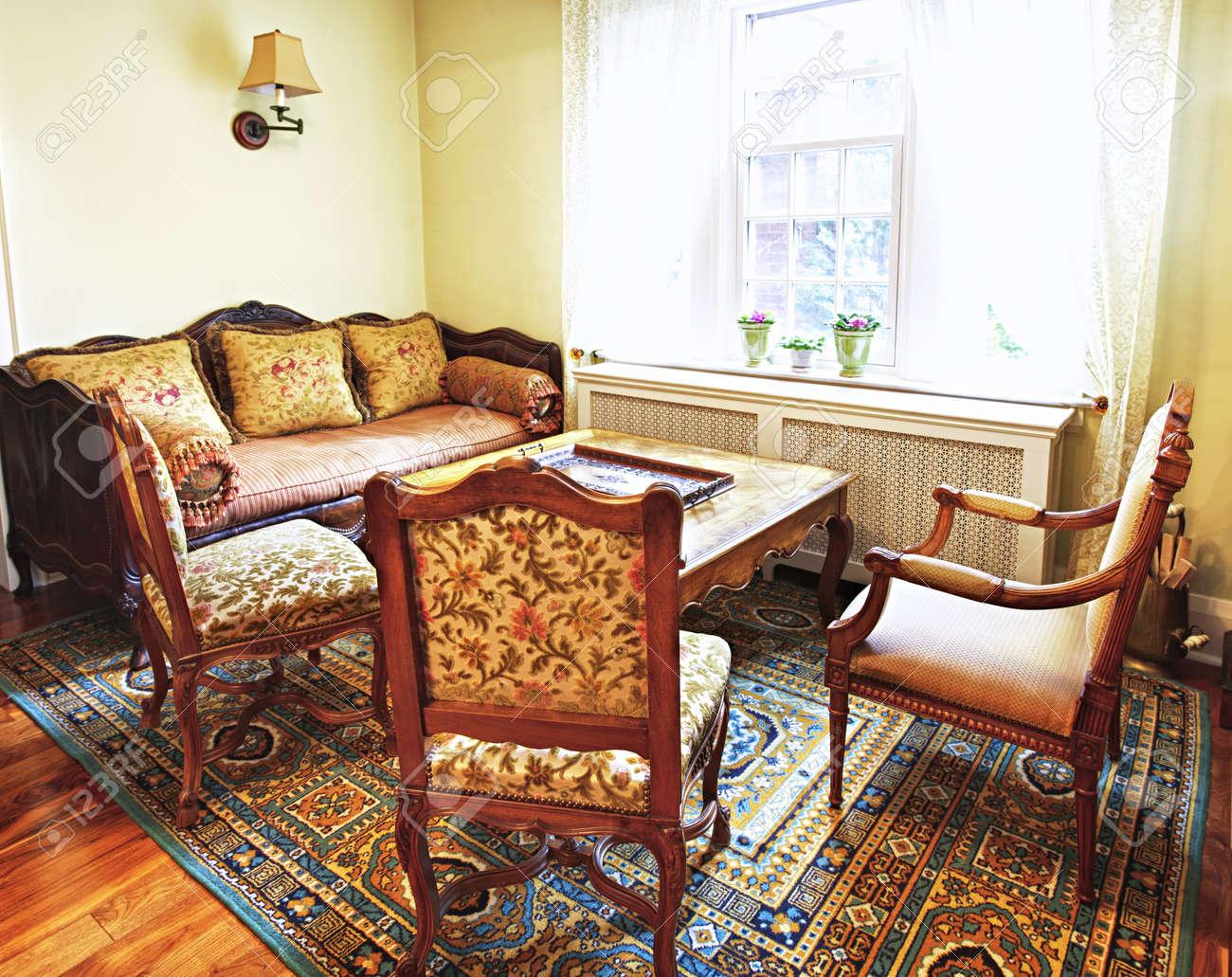 Antika Möbler I Vardagsrum Inredning I Hemmet Royalty-Fria ...