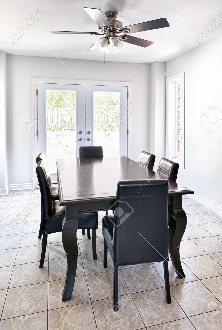 Salle A Manger Avec Table Et Chaises Dans La Maison Haut De Gamme