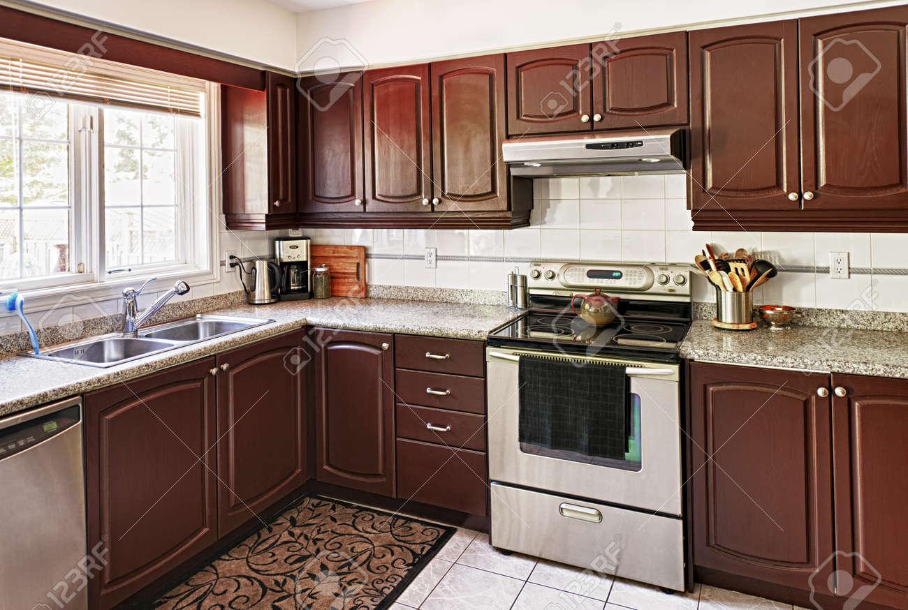 Moderne luxe keuken interieur met granieten werkblad en apparatuur ...