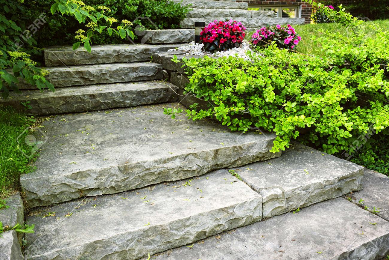 Natursten trappor landskapsplanering i hem trädgård royalty fria ...