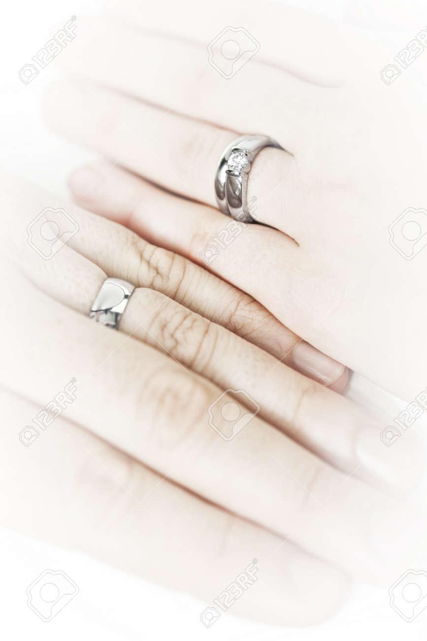 in vendita 5e9d7 a0a19 Closeup su mani di coppia si è sposata con anelli di nozze
