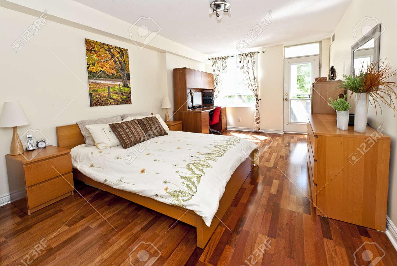Interno camera da letto con pavimento in legno - opera d\'arte è da  fotografi Portfolio