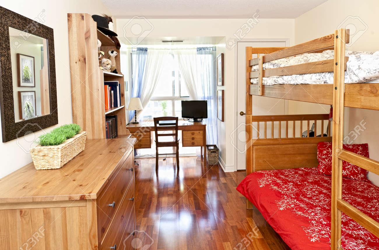 Camera da letto per gli studenti con pavimento in legno e letti a castello  - opera d\'arte è dal portfolio del fotografo