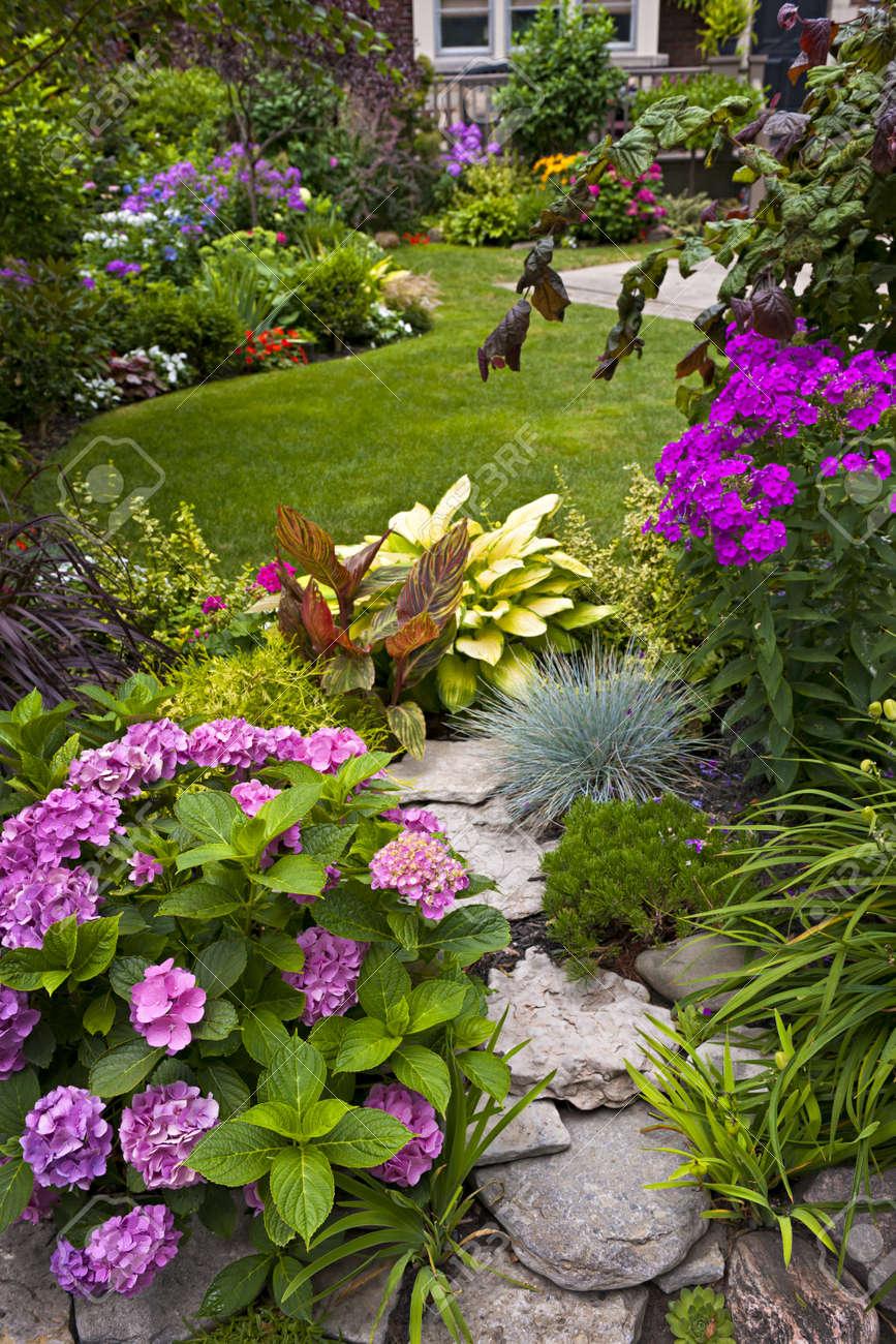 Lush Jardin Paysager Avec Plantes Parterre De Fleurs Et Coloré ...