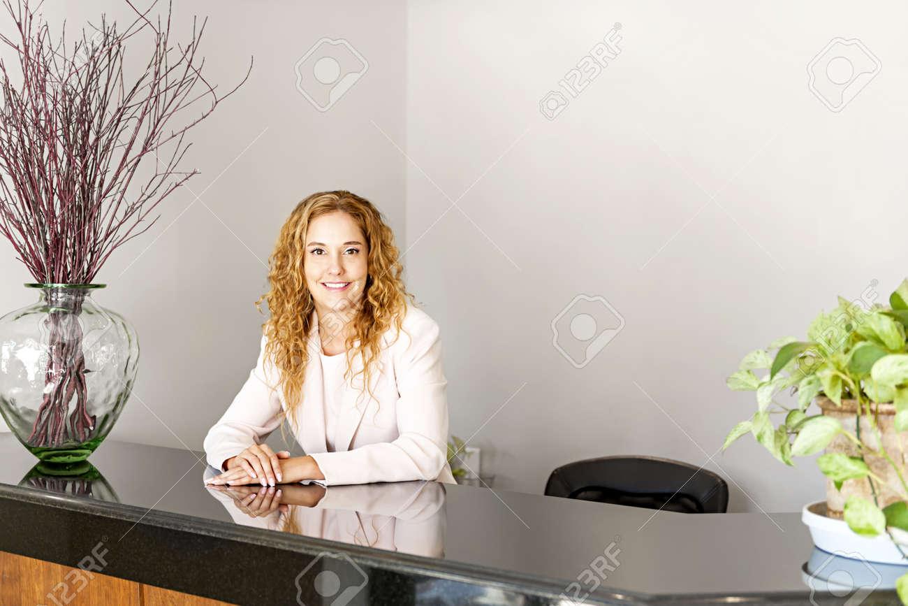 Réceptionniste debout au comptoir d accueil de bureau banque d