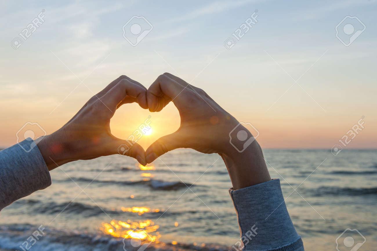 Hände Und Finger In Herzform Framing Untergehende Sonne Bei ...