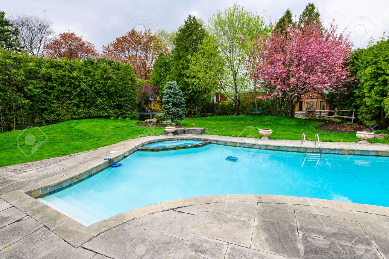 jardin avec piscine creusée résidentielle privée piscine et terrasse