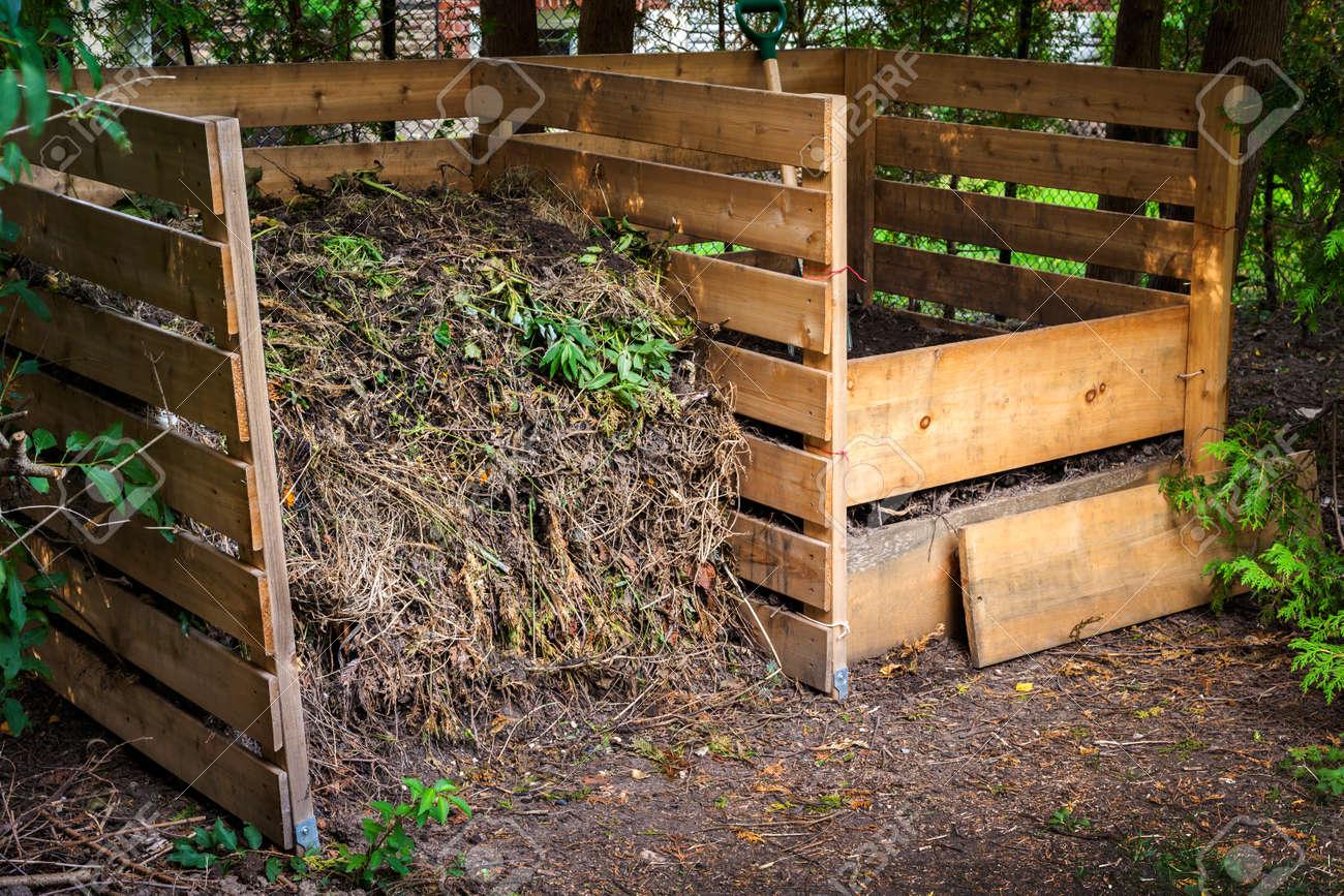 Holzkompostkästen Mit Kompostierten Boden Und Gartenabfälle Zum