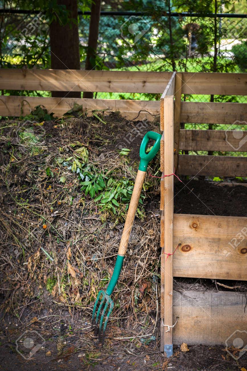 Cajas De Compost De Madera Con Suelo De Compost Y Residuos De Jardín ...