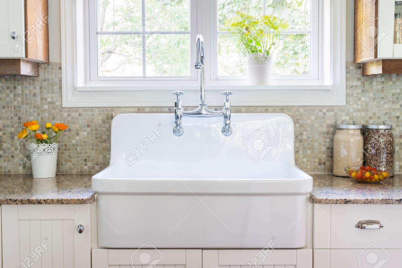 Keuken interieur met grote rustieke witte porseleinen spoelbak en ...
